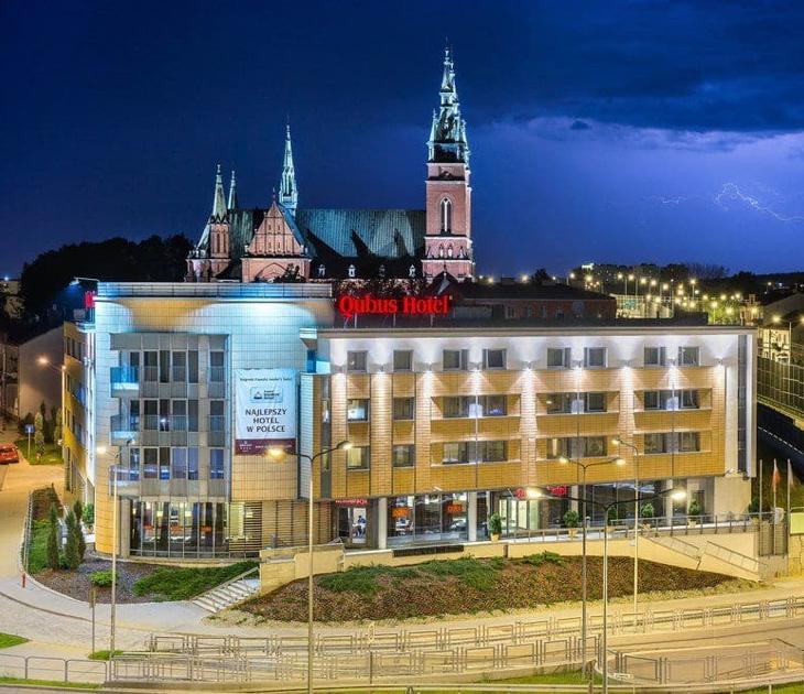 Qubus Hotel at night