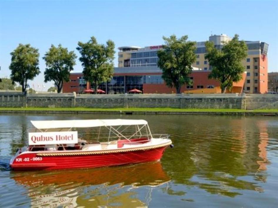 Qubus Hotel boat