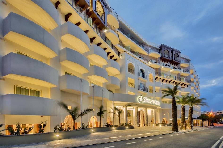 db San Antonio Hotel at night